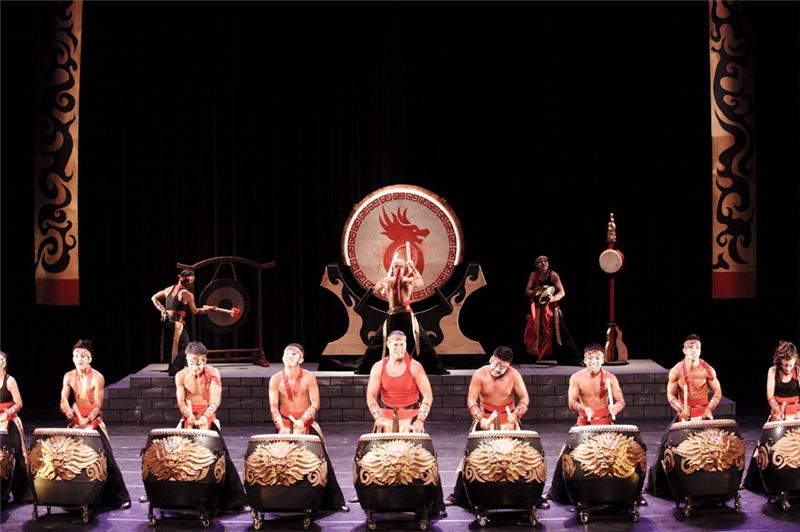 """ Battle Drums"", a classical drum performance for 20 years, demonstrates physical power with powerful swings of the drumsticks."