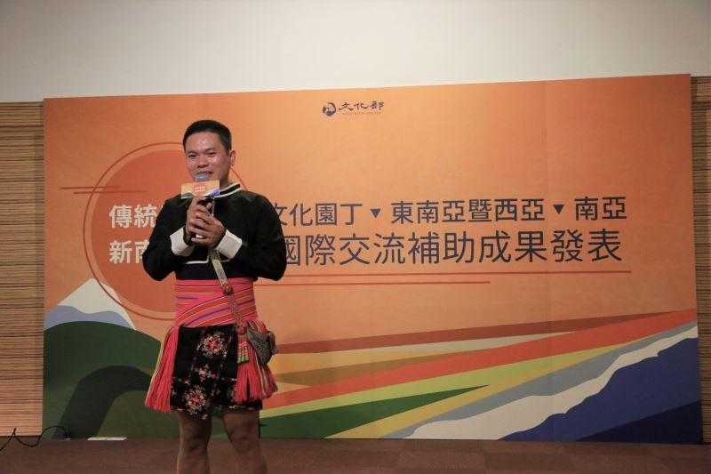 Singer Suming Rupi.