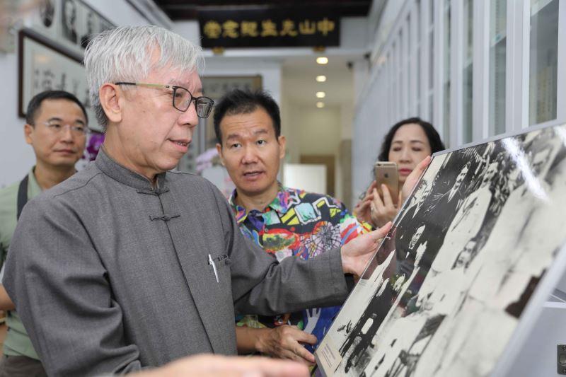梁永斐館長於同德書報社觀看國父史蹟照片