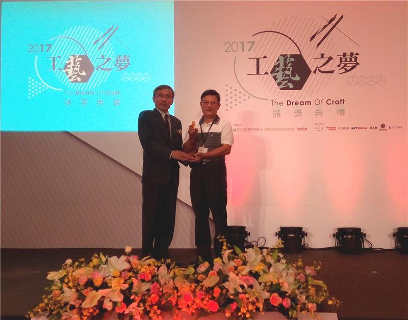 文化部主任秘書陳濟民頒發美術工藝組一等獎予江松智先生