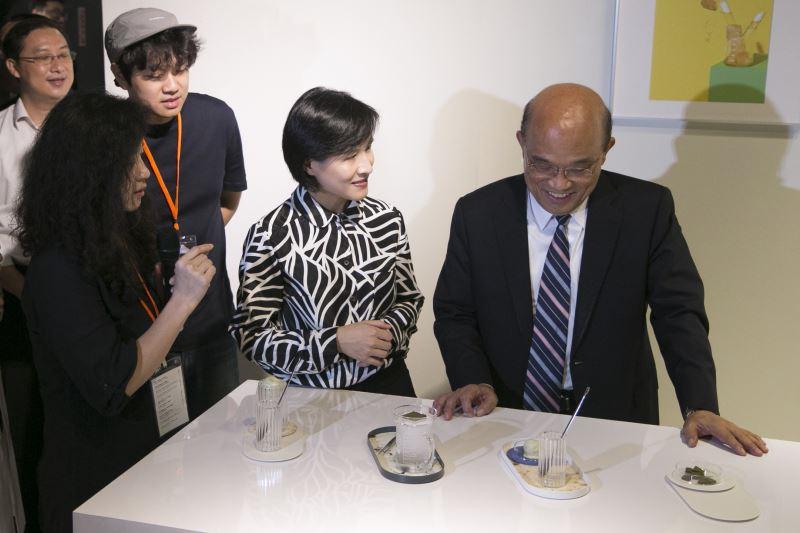 行政院長蘇貞昌(右一)與文化部長鄭麗君(右二)參觀華山展區