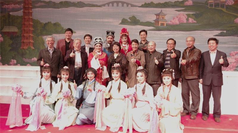 傳藝中心方芷絮 主任,上台與演員 們合影。