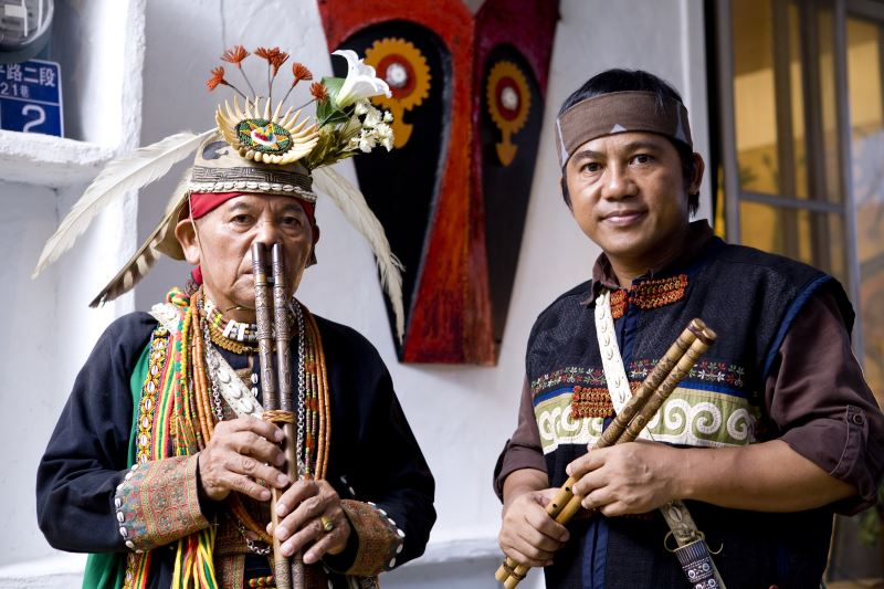 許坤仲藝師(左)及結業藝生伊誕巴瓦瓦隆(右)