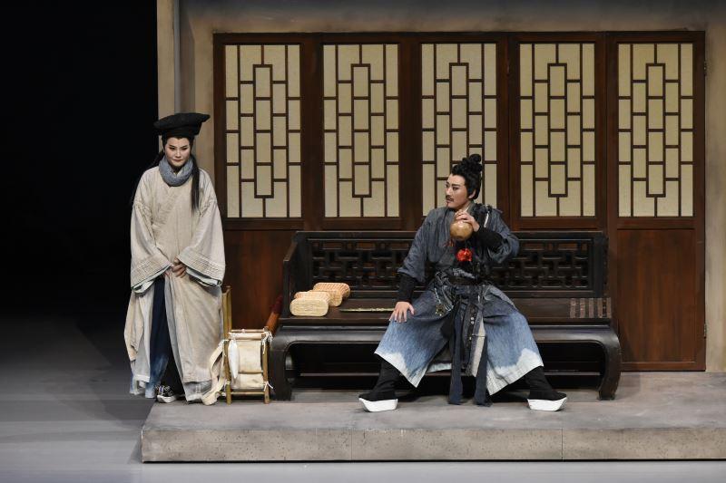 藉由《蘭若寺》劇本的安排,劉建華(右)的表演遊走性別光譜兩端,呈現出「外Man內娘」的狀態。