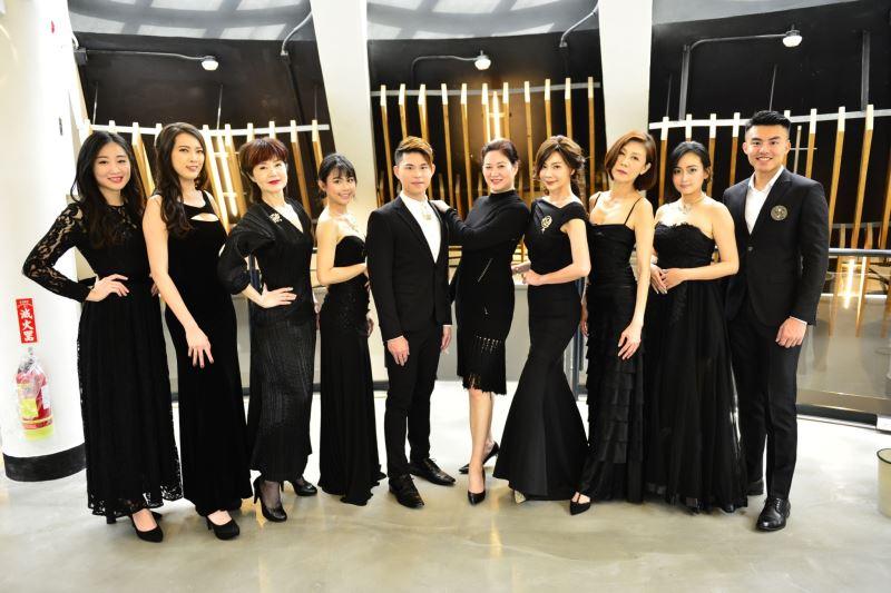 (圖一)台北流行時尚藝術協會黃晨瑜(中右)理事長所領軍之資深模特兒及聾人模特兒