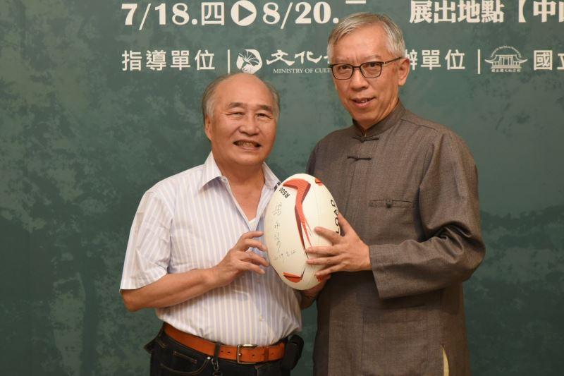 國父紀念館梁永斐館長簽名於橄欖球上贈送張萬傳大同中學初中部學生鄞義賓留念