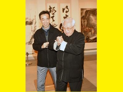 Director-general of National Dr. Sun Yat-sen Memorial Hall, Wang Lan-sheng, took a photo with Prof. Ou Hao-nien.