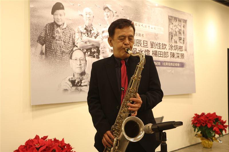 陳深景前輩於紀錄片發表會現場吹奏薩克斯風演出懷念組曲