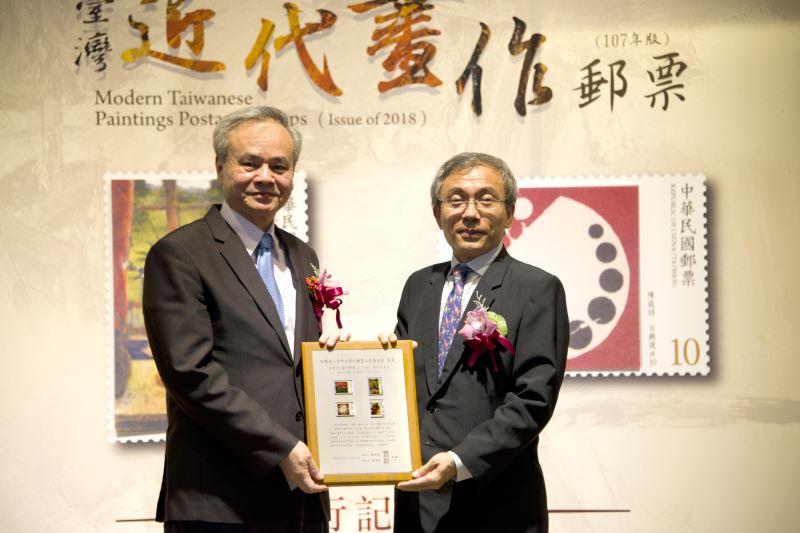 中華郵政陳憲着總經理致贈郵票紀念框予陳濟民主秘