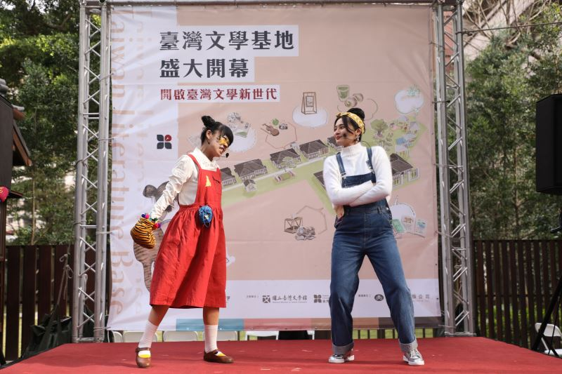 立法委員賴品妤(右)及夾角拖劇團(左)飾演臺灣文學基地虛擬代言人少女齊齊及虎精阿飛