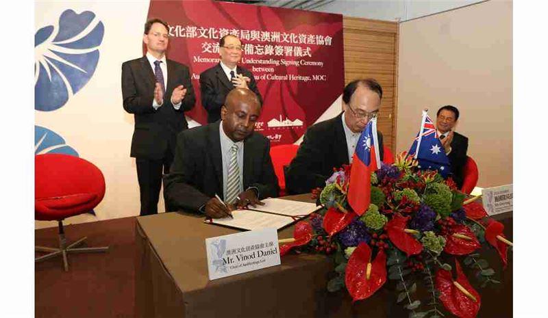 文資局局長施國隆代表文化部(右),與澳洲文化資產協會主席Vinod Daniel(左)共同簽署備忘錄。