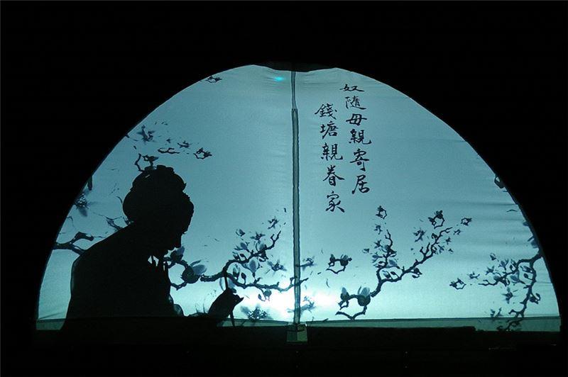 """A scene in """" The Peony Pavelion """" (2004). (Yang Han-ru as Liu Meng-mei and Chen Mei-lan as Du Li-niang)"""