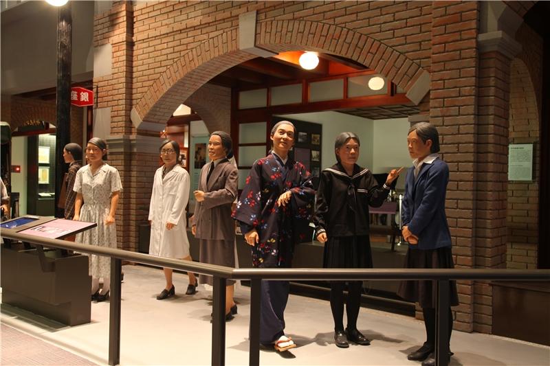 新女性群像,呈現了日本統治臺灣以後,倡導婦女解放纏足、施行近代教育等,因時代變遷出現專屬女性的新興行業與社會參與狀況。