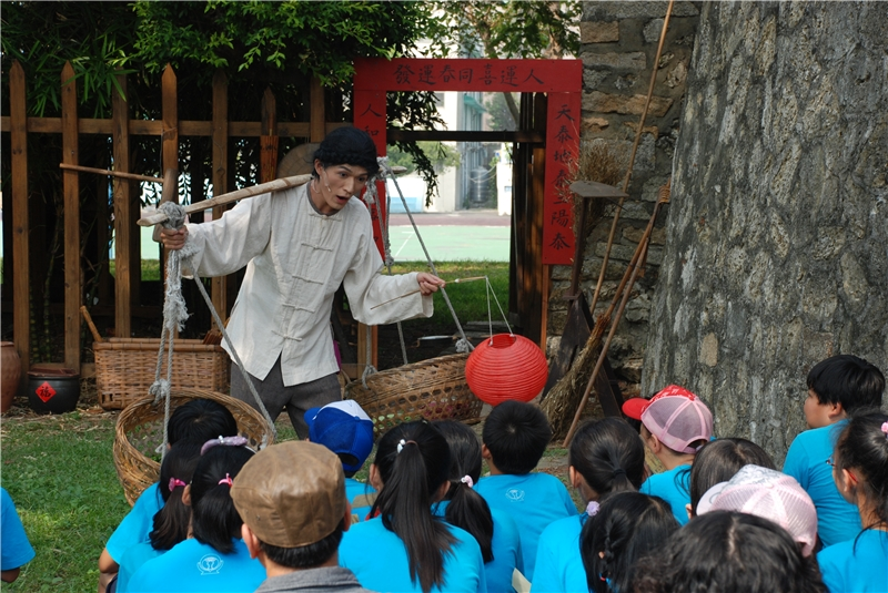 草地郎入神仙府:戲劇故事就由他邀請觀眾和他一起進城去市集擺攤做生意開始。