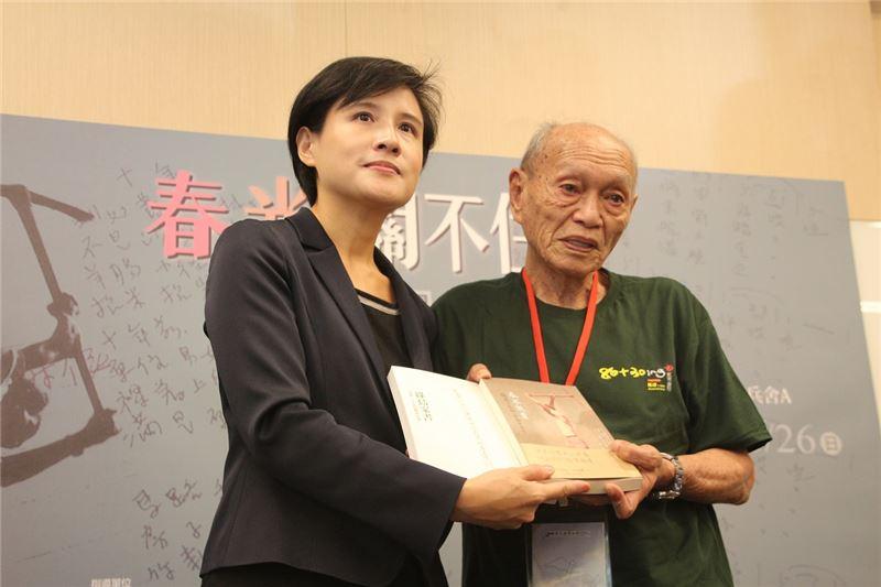 楊逵次子楊建先生(右)於紀念特展現場致贈《綠島家書》文集予文化部長鄭麗君。