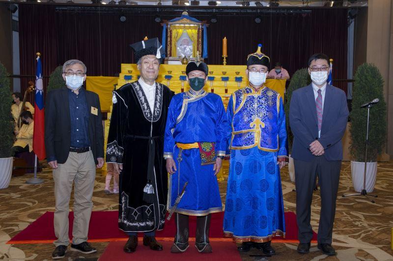 文化部長李永得(中)、文化部次長蕭宗煌(右2)、蒙古文化協會理事長海中雄(左2)穿著蒙古傳統服飾出席「成吉思汗祭典」。(左1為文化部文化資產局長陳濟民,右1為國立臺灣歷史博物館長張隆志)
