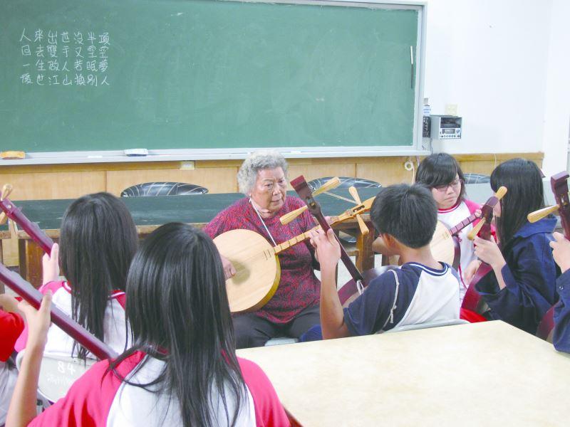 張日貴注重傳承,開始於國中、小學教唱民謠。
