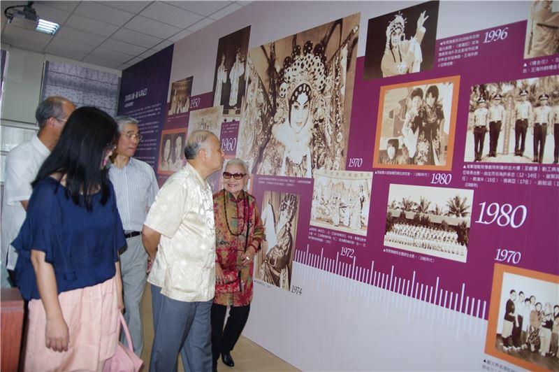 臺灣豫劇團60年慶系列活動之一-臺灣豫劇團60年圖史展,展出劇團發展歷程中重要的珍貴老照片及文物,歡迎預約參觀。圖中右一為豫劇皇太后張岫雲大師。