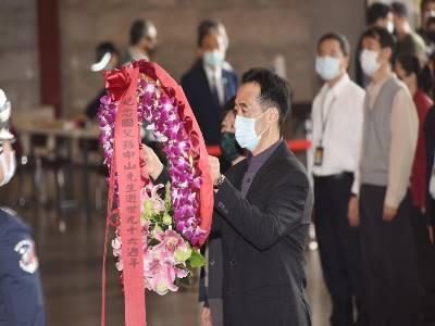 王蘭生館長向國父獻花致敬。
