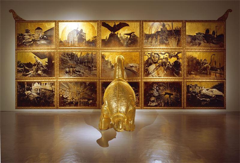姚瑞中〈獸身供養紀念碑〉2000 玻璃纖維、金箔、黑白照片、礦物性顏料 398×850×300 cm×15 pieces
