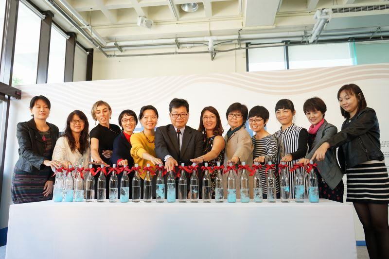 工藝中心陳泰松副主任(左六)、策展人陳明惠教授(左五)及參展作家共同進行開展儀式