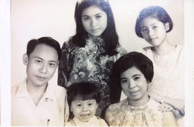 曾仲影年輕時與家人的合照。