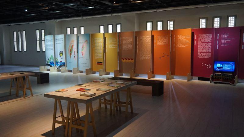 「原音重現」主題展板搭配原住民族文學與轉型正義專書展示