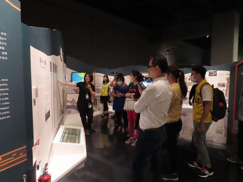 民眾參觀考古館特展