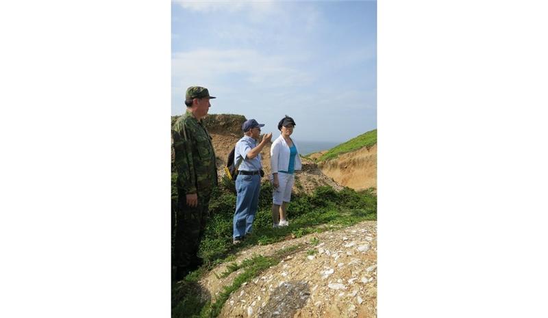 龍應台聽取中研院陳仲玉教授(右)亮島遺址的考古發現,左為馬祖防衛部指揮官任季男中將。