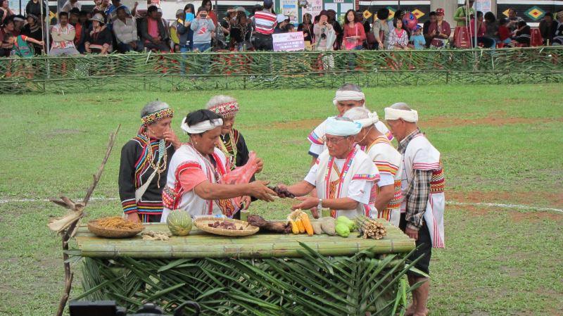 射耳祭由許多儀式組成,如狩獵、報戰功、分肉、誇功及酒宴。