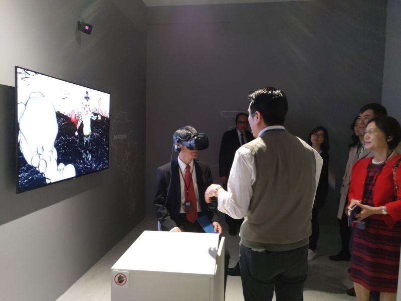 5.陳良基部長體驗「後.技.藝」展覽VR互動裝置