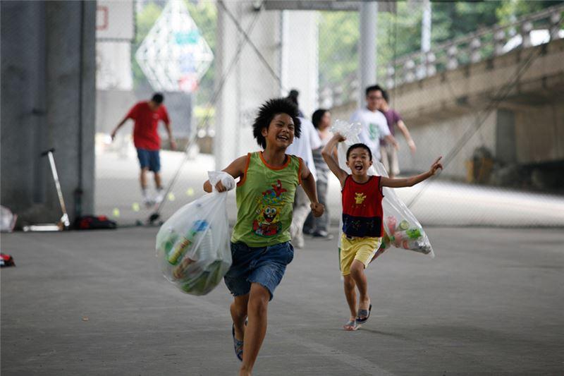 一號父母忙碌且不合,由阿嬤代為照料,在市場的隔代教養家庭裡生長;