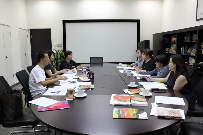 排練結束後國立傳統藝術中心王蘭生副主任(左一)、NCO劉麗貞團長(左二)領隊與香港中樂團共同召開中樂指揮大賽工作會議
