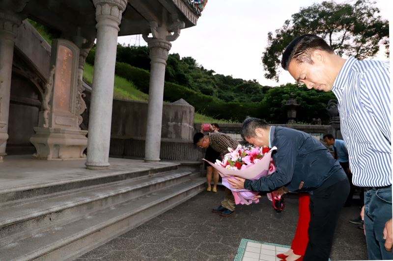 文化部長李永得到霧峰林家萊園,向文協先賢林獻堂先生致意,感念其對於臺灣文化的貢獻