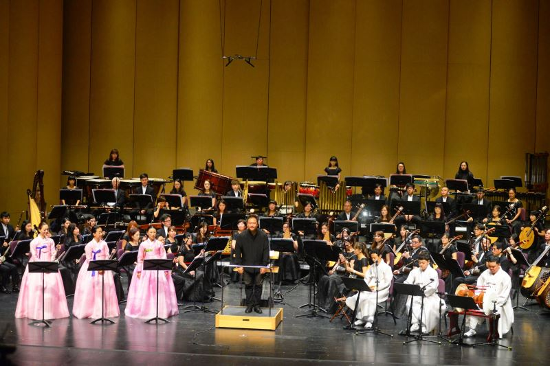 記者會現場照片5:臺灣國樂團與韓國國立國樂院音樂家共同演繹全新編寫的「阿里郎組曲」。