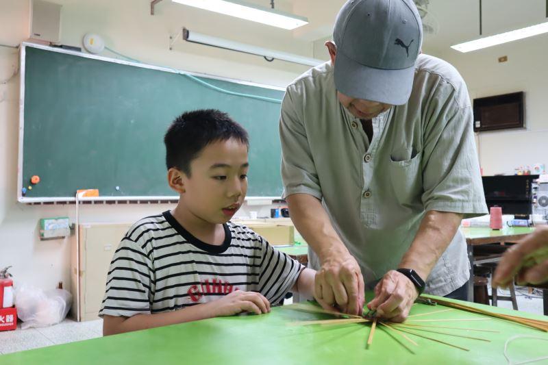 07-劉興澤老師指導學生米字編。