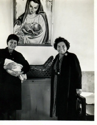 孫理蓮於馬利亞產院探視新生兒