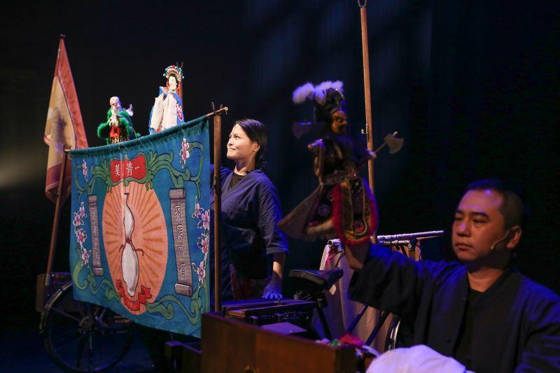 《一丈青》表演中以兩台腳踏車所搭建的克難戲臺,呈現布袋戲賣藥團的演出形式。