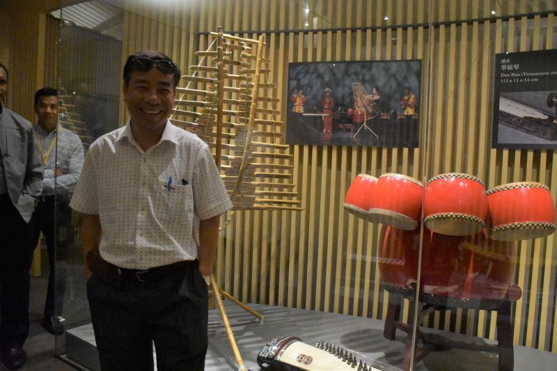 來自越南的代表Phan Thuong Dat與越南樂器合照