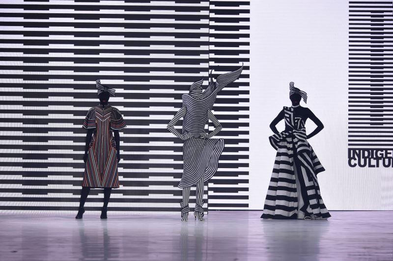 織布為臺灣原住民族共有的傳統工藝,利用簡易的工具,即能織出美麗的布疋,「原民文化」主題秀將圖騰抽離之後回歸最單⼀的純粹元素,詮釋出輕質量的原住民元素的時裝系列風格。