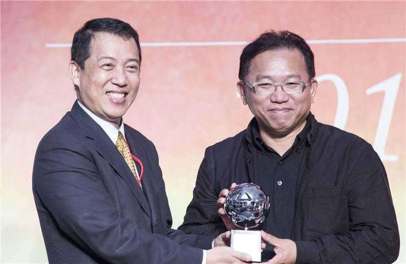 文化部楊次長(左)頒發「卓越獎」給得獎者藝術家顏名宏(右)