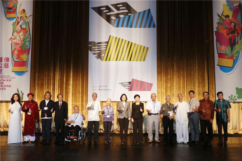 台灣戲曲中心開幕,與會貴賓合影