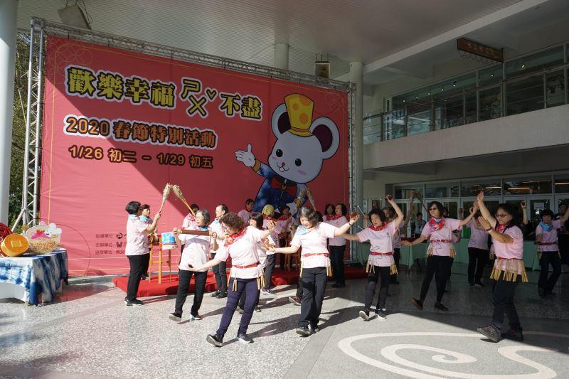 工藝中心志工團以環保打擊樂曲為記者會揭幕