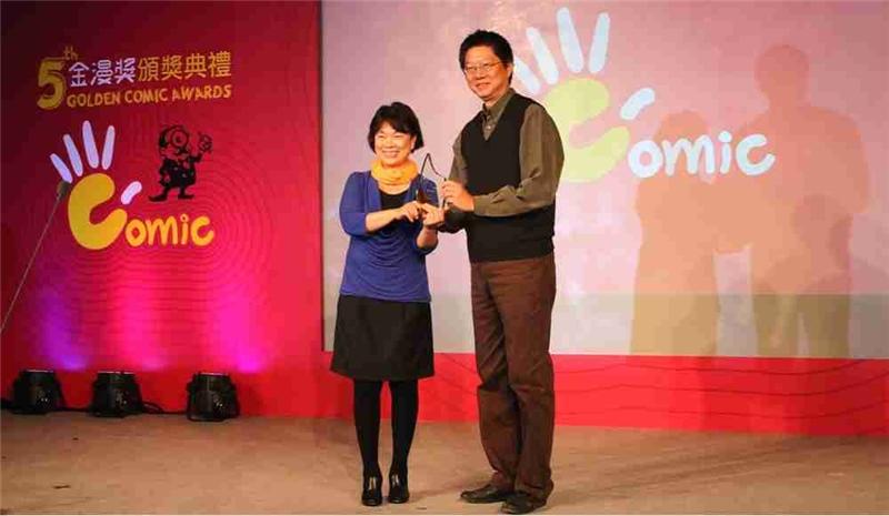 文化部長龍應台(左)頒發特別貢獻獎給敖幼祥(右)