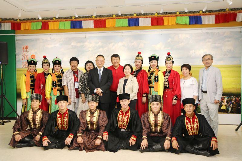 文化部次長蕭宗煌(左6)、蒙藏文化中心主任徐桂香(左8)、國立傳統藝術中心主任陳濟民(右1)、攝影家里茲耶夫伉儷及喀爾瑪克鬱金香蒙古舞團合影