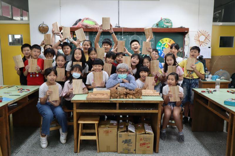 05-吳適為老師與新北市中和區復興國小師生大合照。