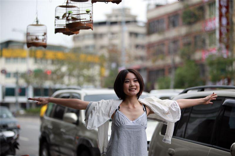 la primera esposa, Xue-Feng, que es la que lleva los pantalones; la segunda esposa, Zi-Hua, que es la encargada de dar a luz para perpetuar la familia; el abuelo, a quien le gusta murmurar; la hermana menor, Lai-Ri, que es independiente y el tío, Ajie, que tiene autismo.