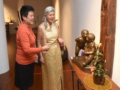 Ms. Tsao Chin-Hsia guided Deputy Director-general Yang Tong-hui to the works.