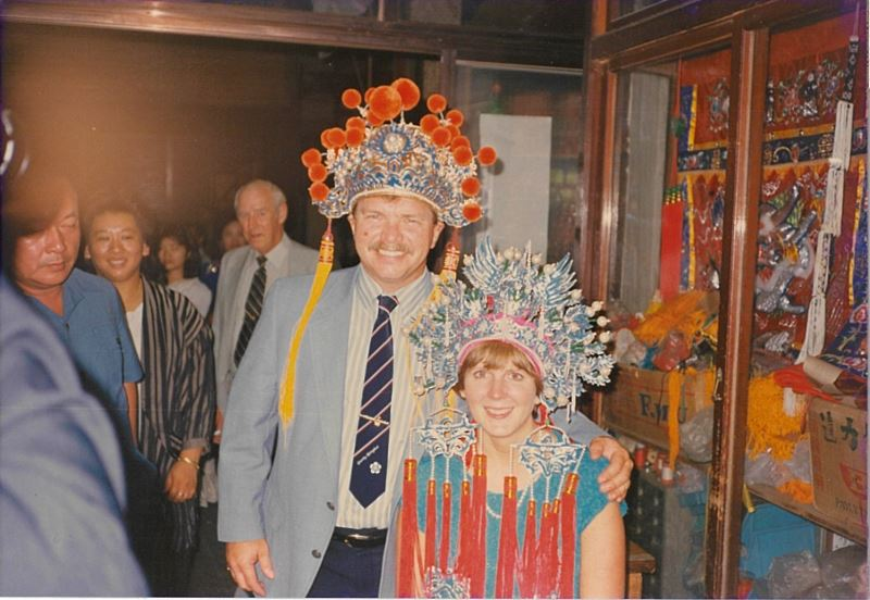 1983年美國密西根州懷俄明市與彰化市簽署締結姐妹市盟約,該市市長哈羅德.依勝葛夫婦一行人至勝興刺繡莊參觀。