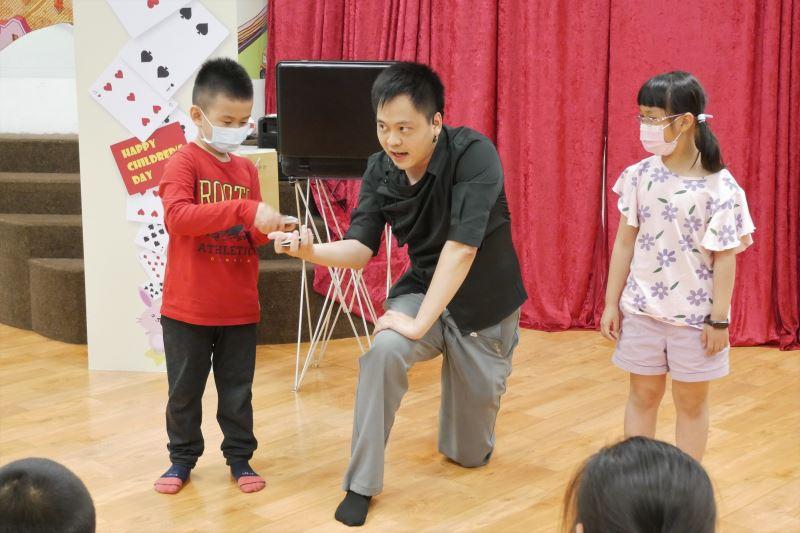 魔術師黃信凱與現場兒童表演撲克牌魔術